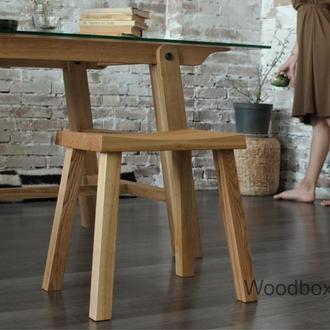 Масивний дерев'яний табурет для дому і кухні
