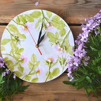 Настенные часы с оттисками цветов шиповника.