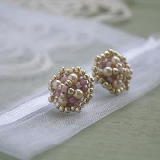 Серьги-гвоздики из японского бисера и бусин в кремово-розовых оттенках