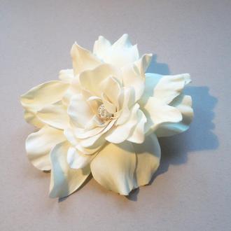 Белый цветок для свадебной прически