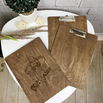 Деревянная планшетка под меню с логотипом