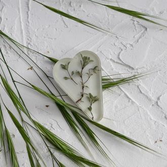Брошь сердце из эпоксидной смолы с сухоцветами