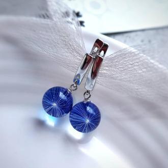 Серьги с пушинками одуванчика на синем фоне