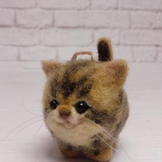 Брелок кот. Кот брелок в автомобиль. Игрушка кот. Кот пятнистый. Фигурка кот. Кот валяный