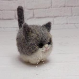 Игрушка серый кот. Серый котик. Кот валяный. Игрушка котик