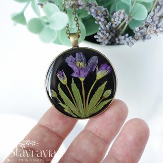 Круглая подвеска с лиловыми лесными цветами на черном фоне • Черный Кулон лиловые цветы в смоле