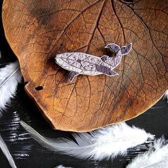 Авторська геометрична брошка Кит. Полігональна фіолетова брошка Кит. Брошка Рибка ручної роботи