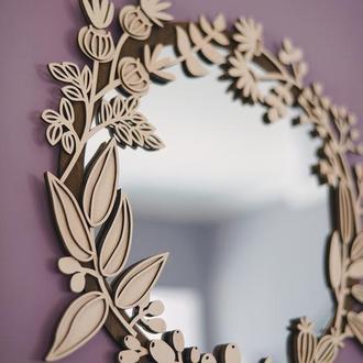 Зеркало в цветочной деревянной раме