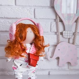 Стильная куколка в модных наушниках с рыжими локонами