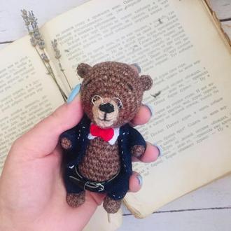 Коллекционный миниатюрный вязаный медведь в костюме, подарок юристу, банкиру, библиотекарю