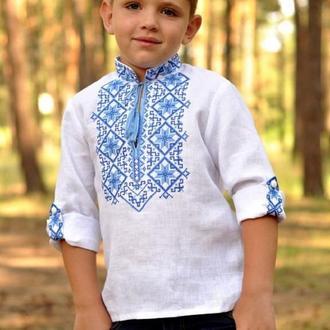 Вишиванка для хлопчика з традиційним синьо-блакитним орнаментом