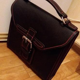 Портфель – кожаный, маленький, черный.