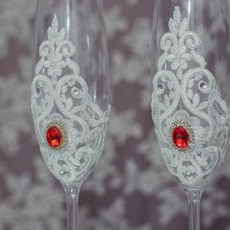 Вишукані весільні бокали із мереживом та прикрашенні камінням