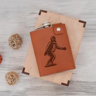 Стильная фляга с принтом в подарок сноубордисту, кожаный чехол, сталь, 240 мл, Brown