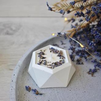 Ароматическая соевая свеча в бетонном подсвечнике «Лаванда»
