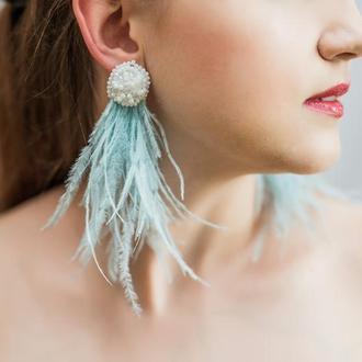 Серьги из перьев нежно голубого цвета