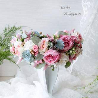 Пышный венок в розово-сиреневом цвете.