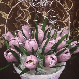 Корзинка с тюльпанами*)