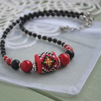 Короткие бусы в этно стиле из агата, коралла и ручной вышивки крестиком