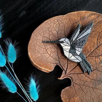 Геометрическая брошь птица Колибри. Полигональная брошь серая Птичка. Геометрическая украшение