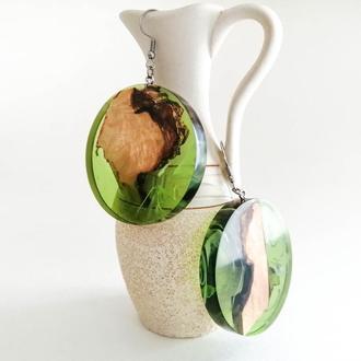 Серьги для девушки - зеленые круглые подвески из дерева и эпоксидной смолы