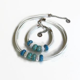 Белый кожаный набор, браслет и колье с цветными керамическими бусинами