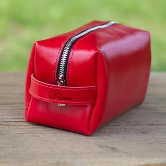Кожаная косметичка красного цвета из натуральной кожи. Большая косметичка пенал с гравировкой