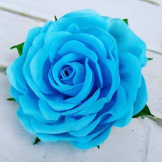 Блакитна троянда на резинці