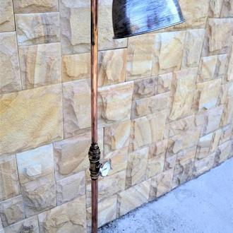 Торшер в индустриальном стиле из медной трубы с винтажными элементами.