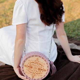 Круглая сумка из трикотажной пряжи и дерева. Гравировка. Цвет Лиловый.