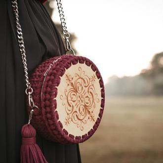 Круглая сумка из трикотажной пряжи и дерева. Цвет баклажан.