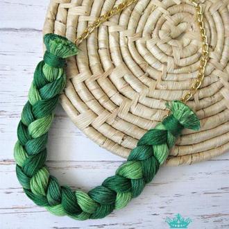 Зеленое колье коса из ниток ручная работа