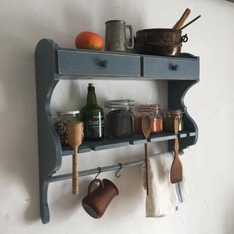 Настенная дубовая полочка для посуды.