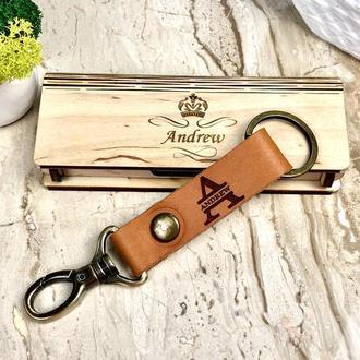 Кожаный брелок для ключей отличный подарок с именной монограммой