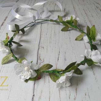 Нежный белый венок на голову с цветами и листочками