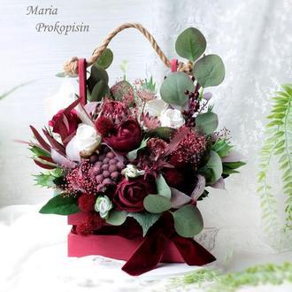 Декоративная композиция с цветами в деревянном ящике.