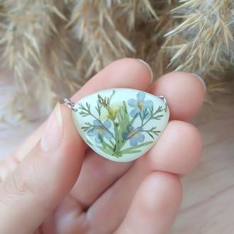 Белый кулон  с настоящими полевыми цветами и травами