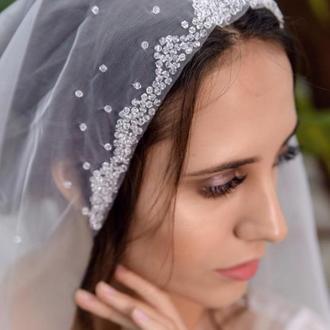 Свадебная фата вышита горным хрусталем.
