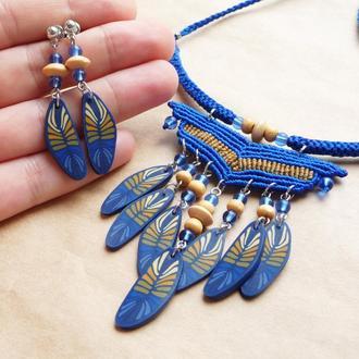 Синее колье в бохо стиле, серьги и колье с перышками, макраме украшение подарок девушке