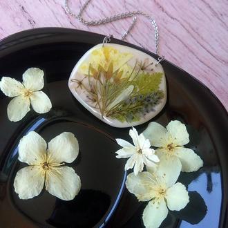 Бежевый кулон  с настоящими цветами и травами (идея подарка девушке жене маме сестре)