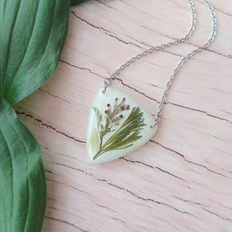 Білий кулон трикутник зі справжніми польовими квітами і травами