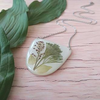 Белый кулон  из ювелирной смолы и трав (подарок подруге сестре девушке жене маме)