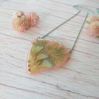 Персиковый кулон  необычной формы с настоящими цветами и травами