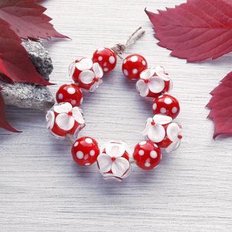 Бусины лемпворк ′Цветы и точки белые на красном′