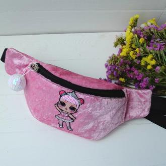 Сумка-бананка с куклой лол, розовая поясная велюровая сумка 72(1), дитяча бананка