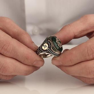 Перстень с зеленым камнем и гравировкой инициал по бокам
