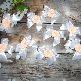 Бутоньерки для гостей в персиковом цвете