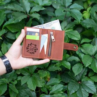 Кожаный кошелек светло-коричневого цвета с гравировкой. Небольшой бумажник из кожи с монетницей.