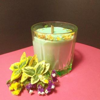 Зеленая  свеча из соевого воска с декором из сухоцветов