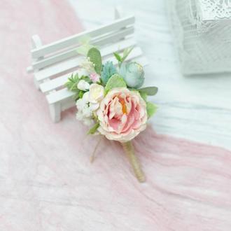 Бутоньерка свадебная персиковая с мятным